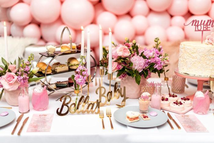 ایده های جذاب و زیبا برای تزئین میز تولد با گل و شمع