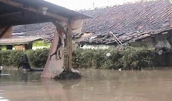 سرگردانی هزاران اندونزیایی بر اثر سیل و رانش زمین