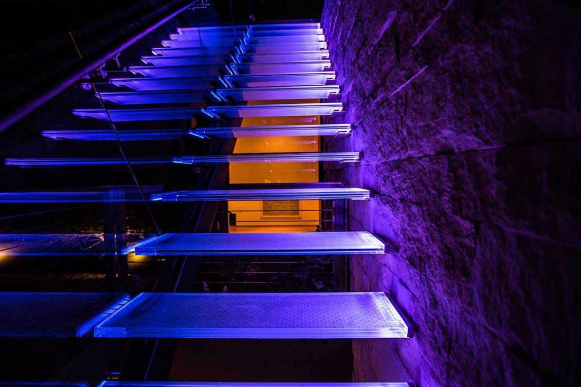 نماهای زیبای داخلی و بیرونی با پلکان نورانی