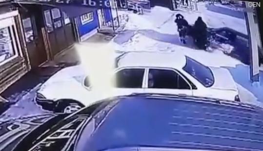 تصادف عجیب و وحشتناک ماشین با دو عابر