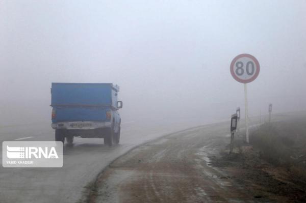 خبرنگاران بعضی جاده های خراسان رضوی مه گرفته است